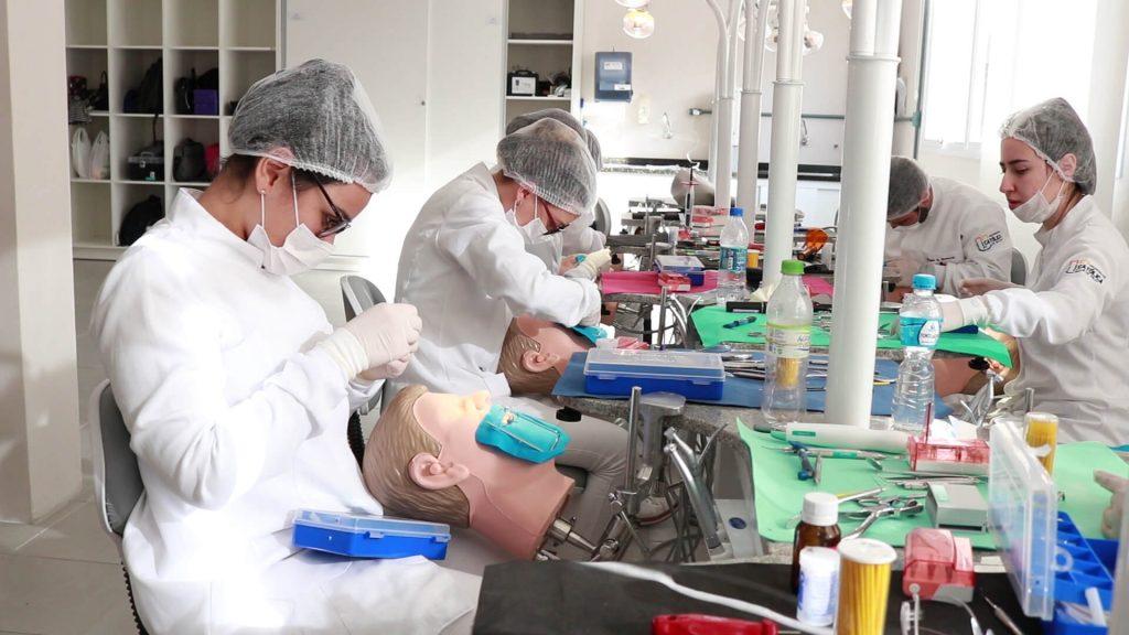 Alunos utilizam simulares do Laboratório das Cabeças na UCPel