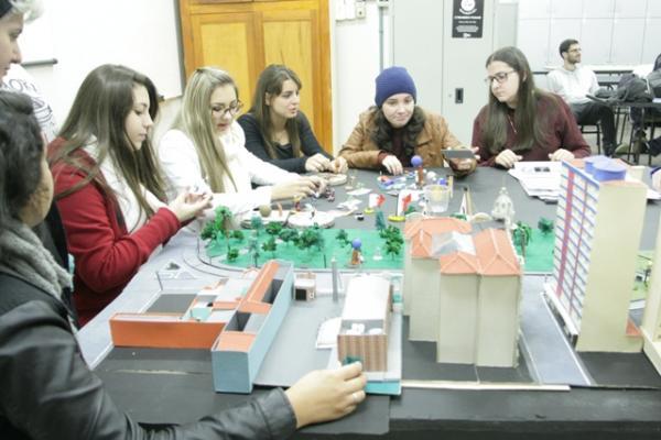Alunos de Arquitetura e Urbanismo da UCPel contruindo maquetes da Maquetaria do curso