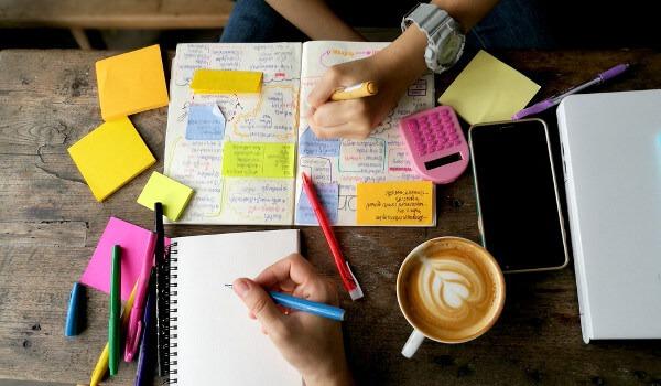 Mesa de estudos preparada para o planejamento do intercâmbio em Arquitetura