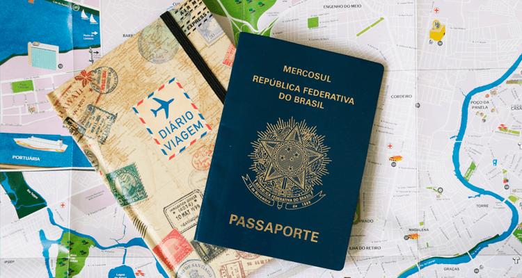 Planejamento do intercâmbio no curso de Arquitetura com mapa, diário de viagem e passaporte