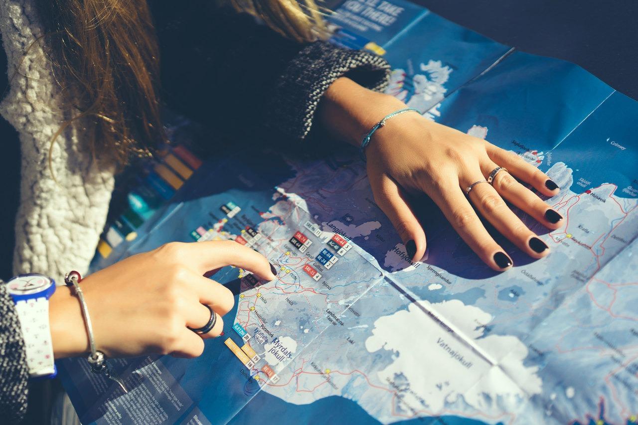 Estudante analisa o mapa mundo