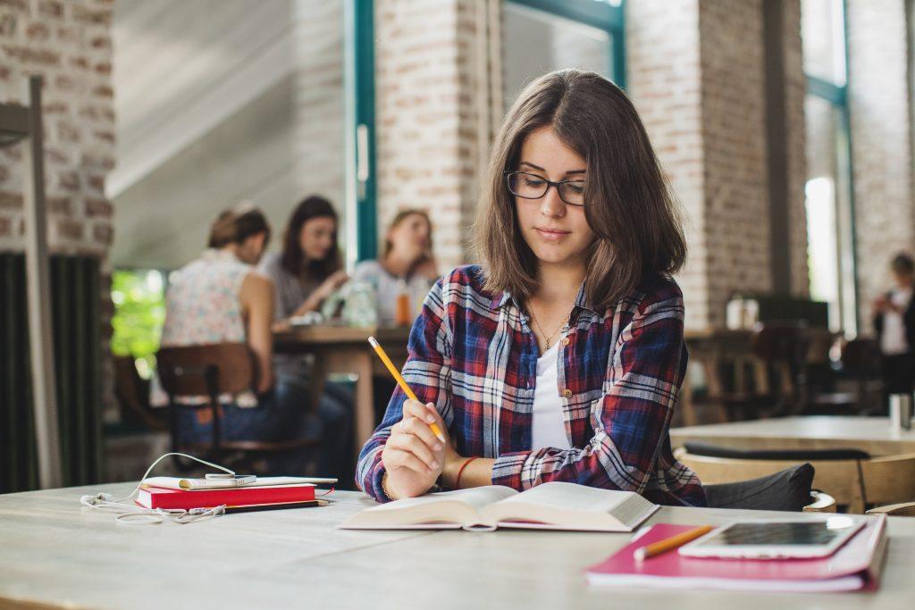Estudante de Psicologia realizando intercâmbio no exterior