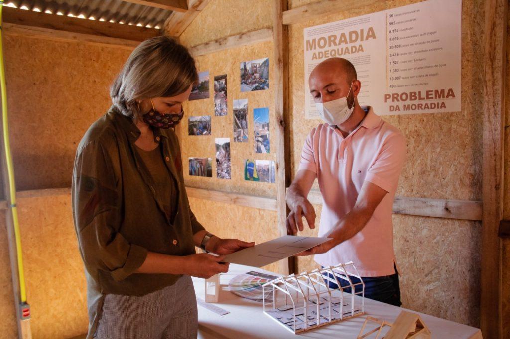 Apresentação da moradia popular à prefeita de Pelotas.