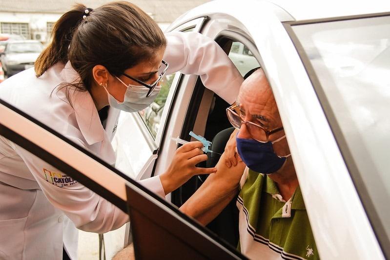 Acadêmica da Enfermagem UCPel auxilia idoso na vacinação contra a Covid-19
